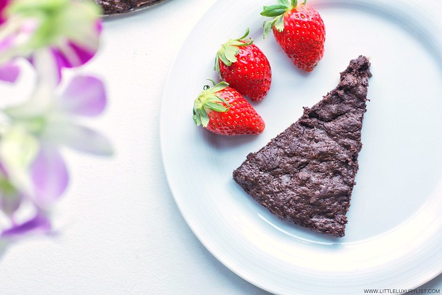 Flourless chocolate cake with strawberries by little luxury list