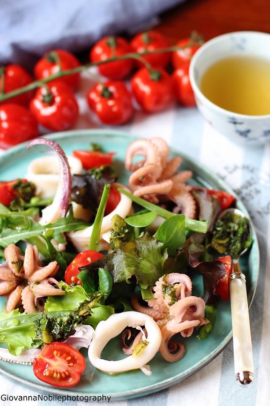 Ricetta dell'insalata con calamari, moscardini, lattughini misti, fagiolini e pomodorini condita con pesto di basilico