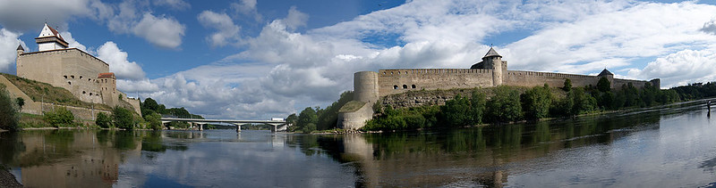 1280px-Ivangorod_Fortress_opposite_the_Narva_Hermann_Castle