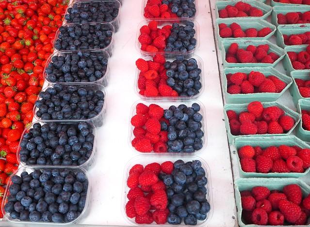 marketsquareberriesP5265267, kauppatori, marketsquare, helsinki, suomi, finland, marjat, berries, berry, mustikka, blueberry, mansikka, strawberry, vadelma, hallon, raspberry, boxes, mix box, mix-rasia, sekoitus, marjat, ostaa, ostokset, shopping, tori, kauppatori,