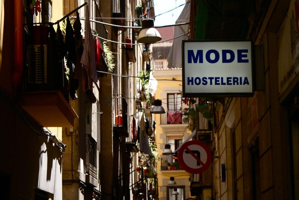 Ruelles étroites typique de la Vieille Ville de Barcelone, ici dans le quartier de la Ribera.