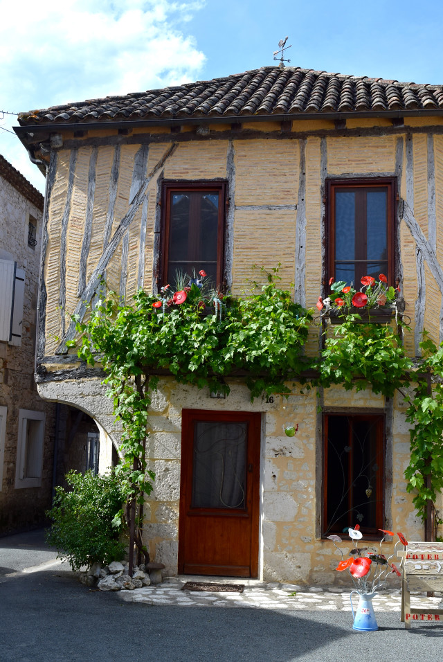 Issigeac in the Dordogne Valley | www.rachelphipps.com @rachelphipps