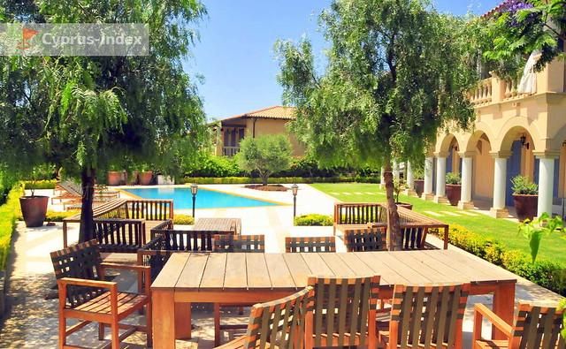Дворик со своим бассейном одной из вилл, The Residence, Лимассол, Кипр