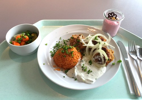 Bifteki with fresh onions, tzatziki & tomato rice / Bifteki mit frischen Zwiebeln Tzatziki & Tomatenreis