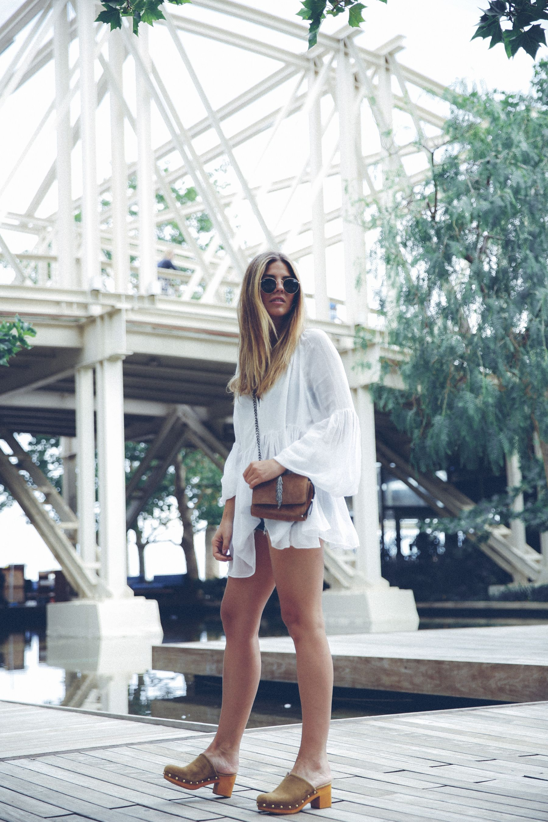 outfit look primavera spring street style trendy taste inspiration dress vestido casual blusa blouse shorts vaqueros jeans denim zuecos clogs UGG australia zara rayban barcelona_20