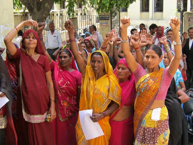 शौचालय के प्रति महिलाओं में जागरुकता पैदा करती महिलाएँ