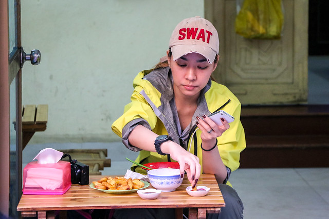 Fashionable woman eating light meal, Hanoi old city, Vietnam ハノイ旧市街、お食事中のキレイなお姉さん