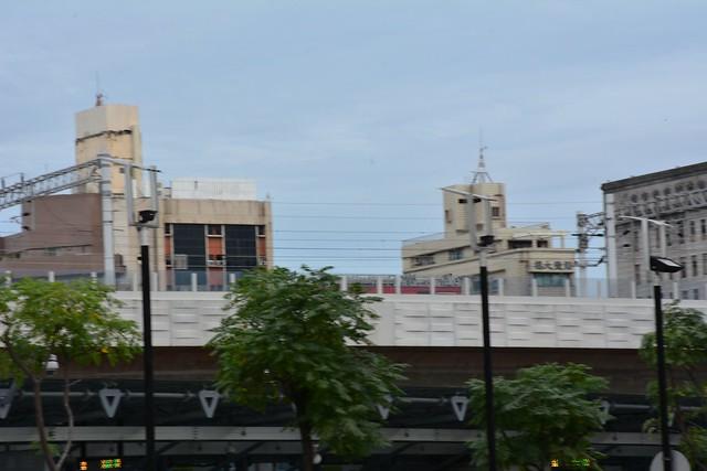 台中鐵路高架:工程車經過