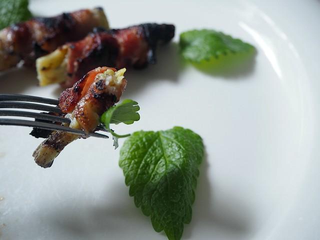 grillatturaparpekoniP6126551,rhubarbbaconbarbecueP6126546, bbq, barbecue, grill, grillata, summer, kesä, hitti, hit, some hitti, herkku, some hit, delicacy, raparpekoni, raparperi pekoni, raparperiin kääritty pekoni, rhubarb bacon, rhubarb wrapped bacon, food, ruoka, resepti, recipe, ohje, sitruunamelissa, lemon balm, pekoni, bacon, maistua, taste, kokemus, experiment,