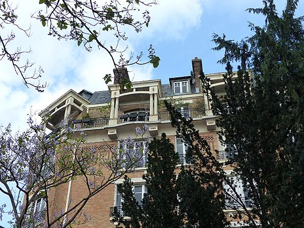 beaux balcons sur ciel bleu