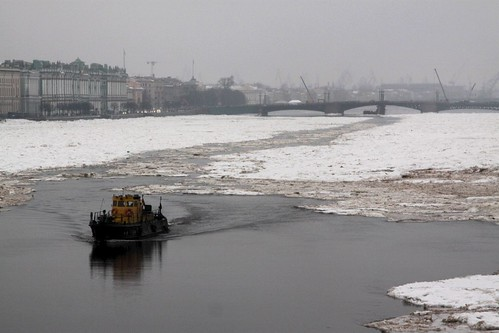 Looking downstream to Дворцо́вый мост (Palace Bridge)