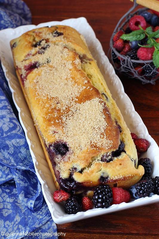 Ricetta del cake ai frutti di bosco con crema allo yogurt, frutti di bosco, vaniglia e timo