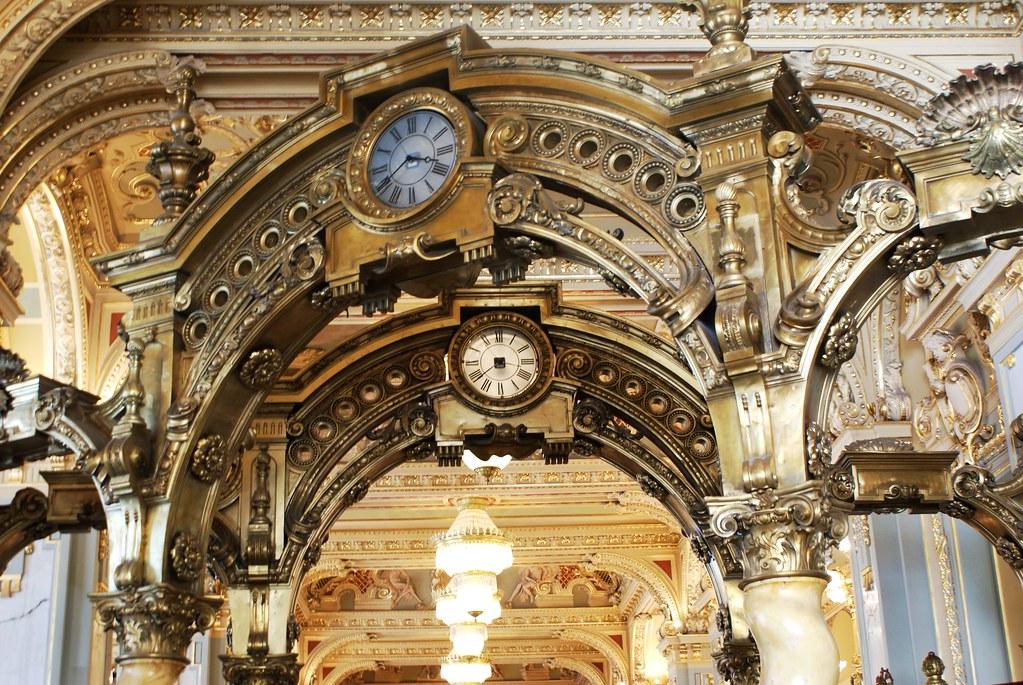 Intérieur dorée du somptueux café New York à Budapest.