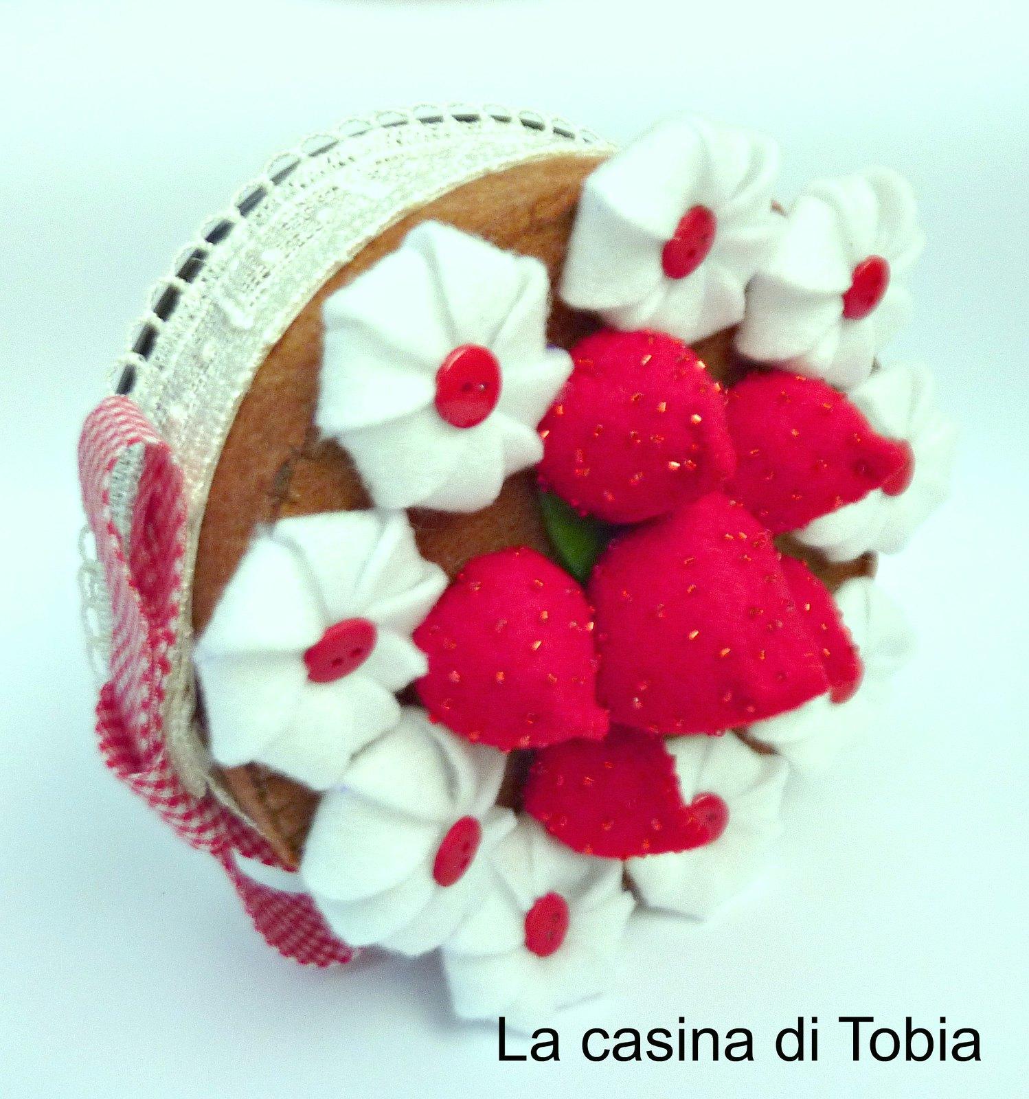torta di feltro con fragole e meringhe fatte a mano da La casina di Tobia