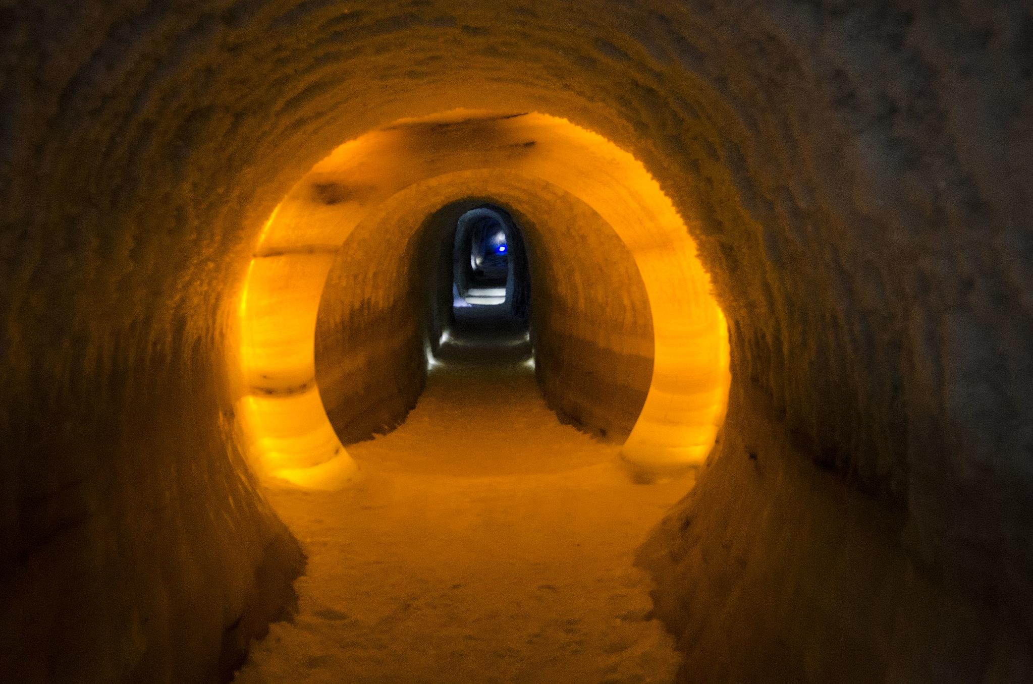 Istunnellen er utstyrt med LED-lys for å ikkje varma opp isen og slik at dei slepp å byte pærer ofte