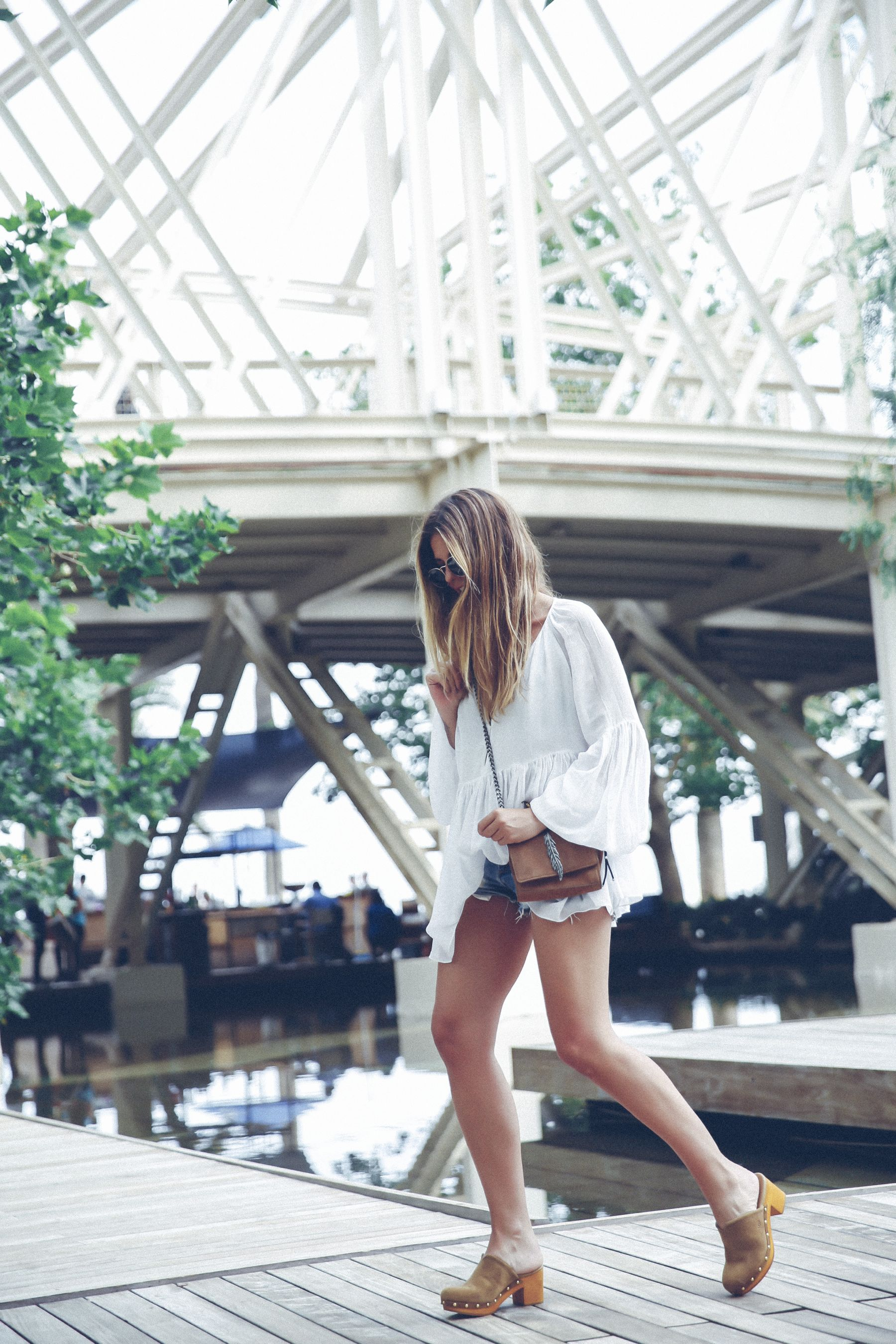 outfit look primavera spring street style trendy taste inspiration dress vestido casual blusa blouse shorts vaqueros jeans denim zuecos clogs UGG australia zara rayban barcelona_5