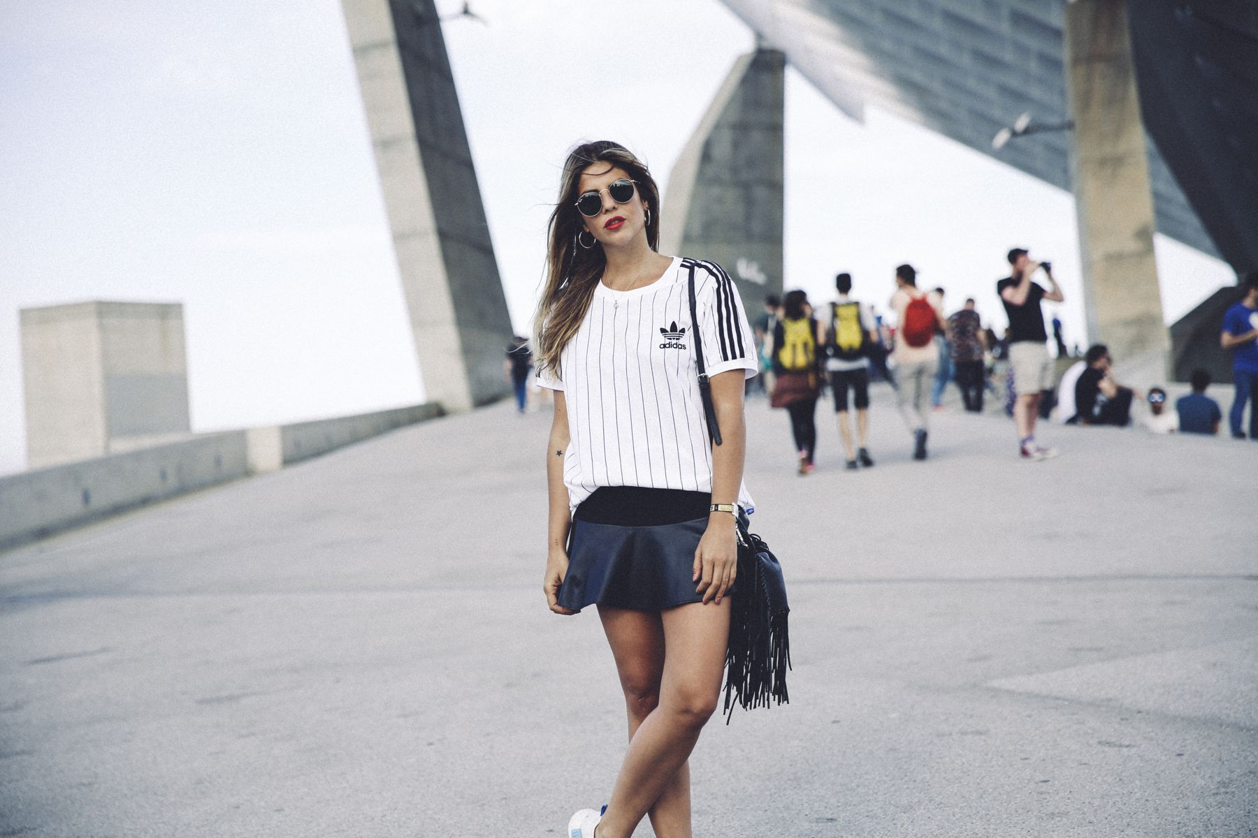 outfit look primavera spring street style trendy taste inspiration falda skirt cuero leather zara adidas originals t-shirt camiseta rayban red lips sneakers zapatillas bolso flecos fringes bag_3
