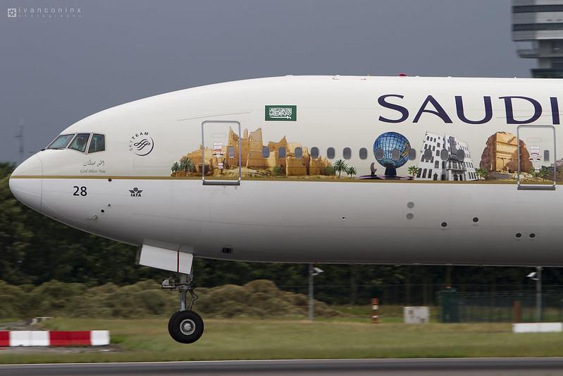 Boeing 777-368/ER – Saudia-Saudi Arabian Airlines – HZ-AK28 – Brussels Airport (BRU EBBR) – 2016 06 30 – Landing RWY 25L – 03 – Copyright © 2016 Ivan Coninx