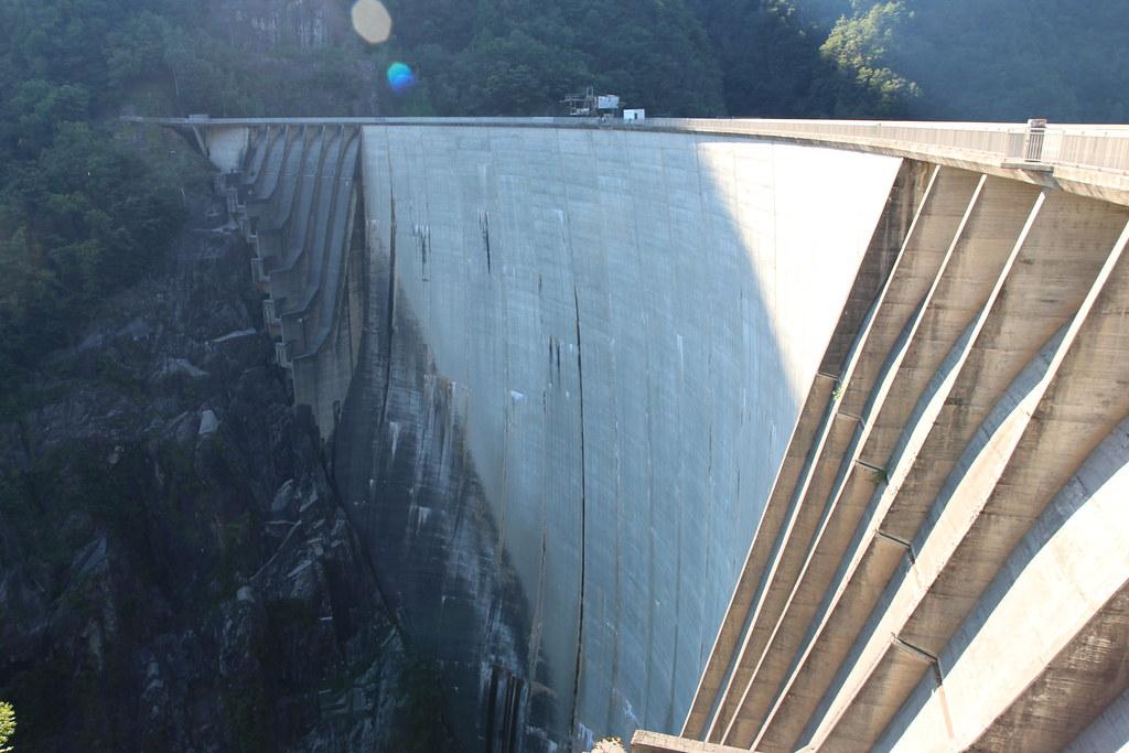 """Verzascan padolle joka sijaitsee Locarnon alueella. Pato on kuuluisa elokuvasta """"007 ja kultainen silmä"""", jossa 007 hyppää Benji-hypyn padon reunalta."""