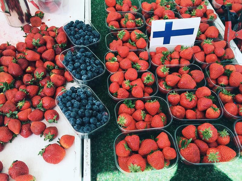kerätä marjoja, collect berries, marjat, berries, kotimaiset,helsinki, suomi, tori, market square, mustikat, blueberries, mansikat, strawberry, summer, kesä,