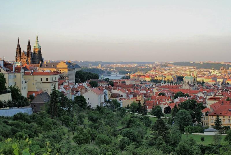 Vue sur le chateau et la cathédrâle de Prague à gauche et sur les quartiers de Mala Strana et la Vieille Ville à droite.
