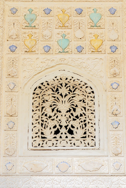 Lovely decorated wall and window in Amer Fort, Jaipur, India ジャイプール、アンベール城の可愛い壁と窓