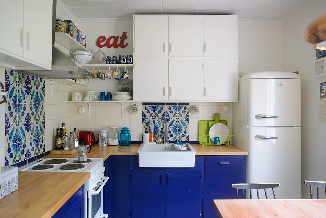 Blue and white 50s style kitchen
