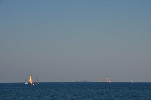 Am Abend Segelschiffe im Licht der untergehenden Sonne.