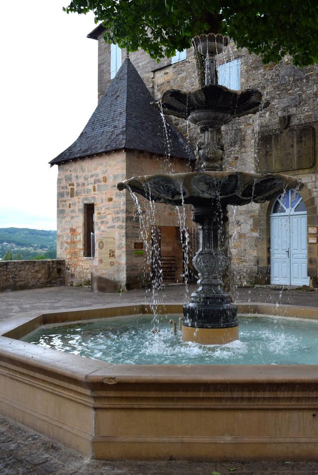 Fountain in Terrasson, Aquitane | www.rachelphipps.com @rachelphipps