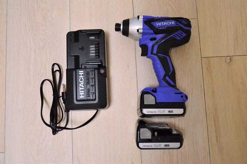 左 充電器 右 インパクトドライバー本体と予備バッテリー