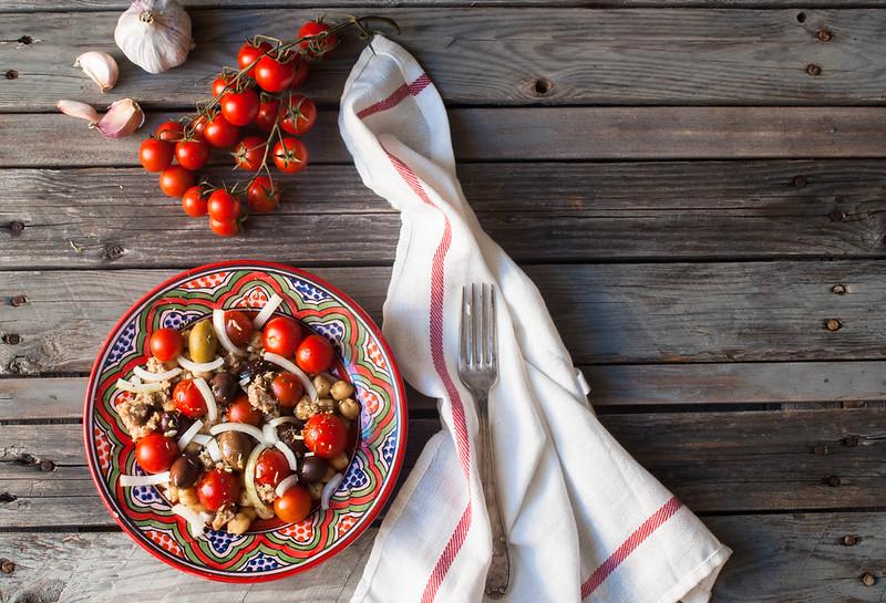 Ensalada de garbanzo, tomate cherri y aceitunas