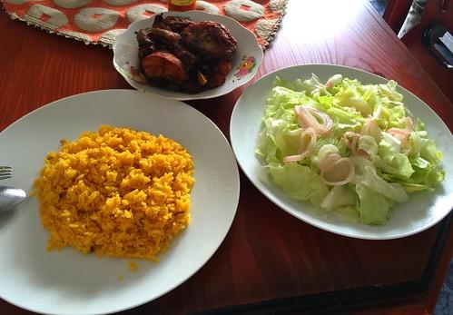 Pollo frito, arroz y ensalada