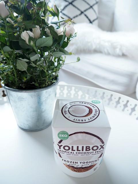 yolliboxfroyococonutP4302722, swedish, yollibox, coconut, kookos, jäätelö, ice cream, froyo, frozen yoghurt, frozen yoghurt ice cream, jogurttijäätelö, joghurt ice cream, herkut, yollibox zfrozen coconut ice cream, organic, tasty, fresh, tropical coconut fruit, yollibox kookos, white tray, valkoinen tarjotin, ruusukimppu, beige nude ruusu, metalli ruukku,