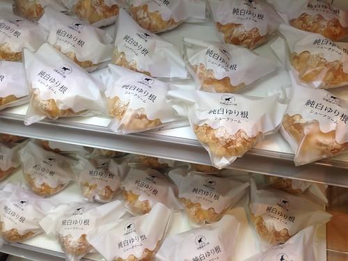 hokkaido-michinoeki-churui-bakery-paopao-whiteness-lily-bulb-cream-puff01