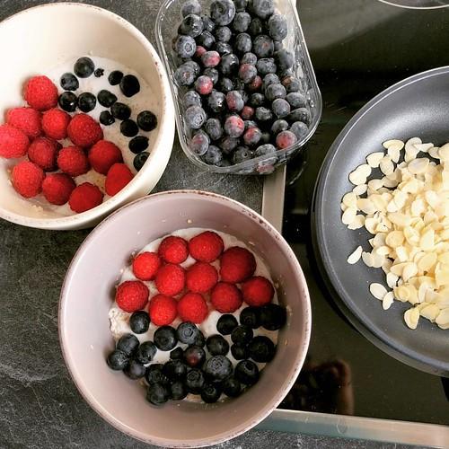 Summer breakfast 💕 #overnightoats met frambozen en blauwe bessen en geroosterde amandelschilfers 👌