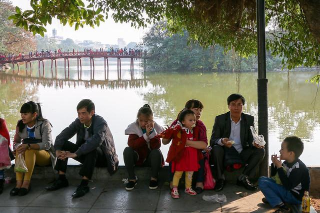 Hoan Kiem Lake, Hanoi, Vietnam ハノイ、ホアンキエム湖畔でくつろぐ人々