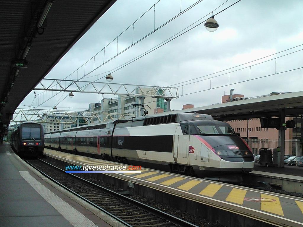 Un TGV Sud-Est Alsthom en livrée carmillon en gare de Lyon Part-Dieu