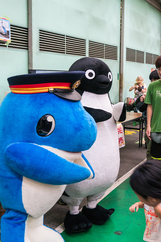 Co-star of JR East's mascot (Penguin) and the Tokyo Waterfront Area Rapid Transit mascot (dolphin)