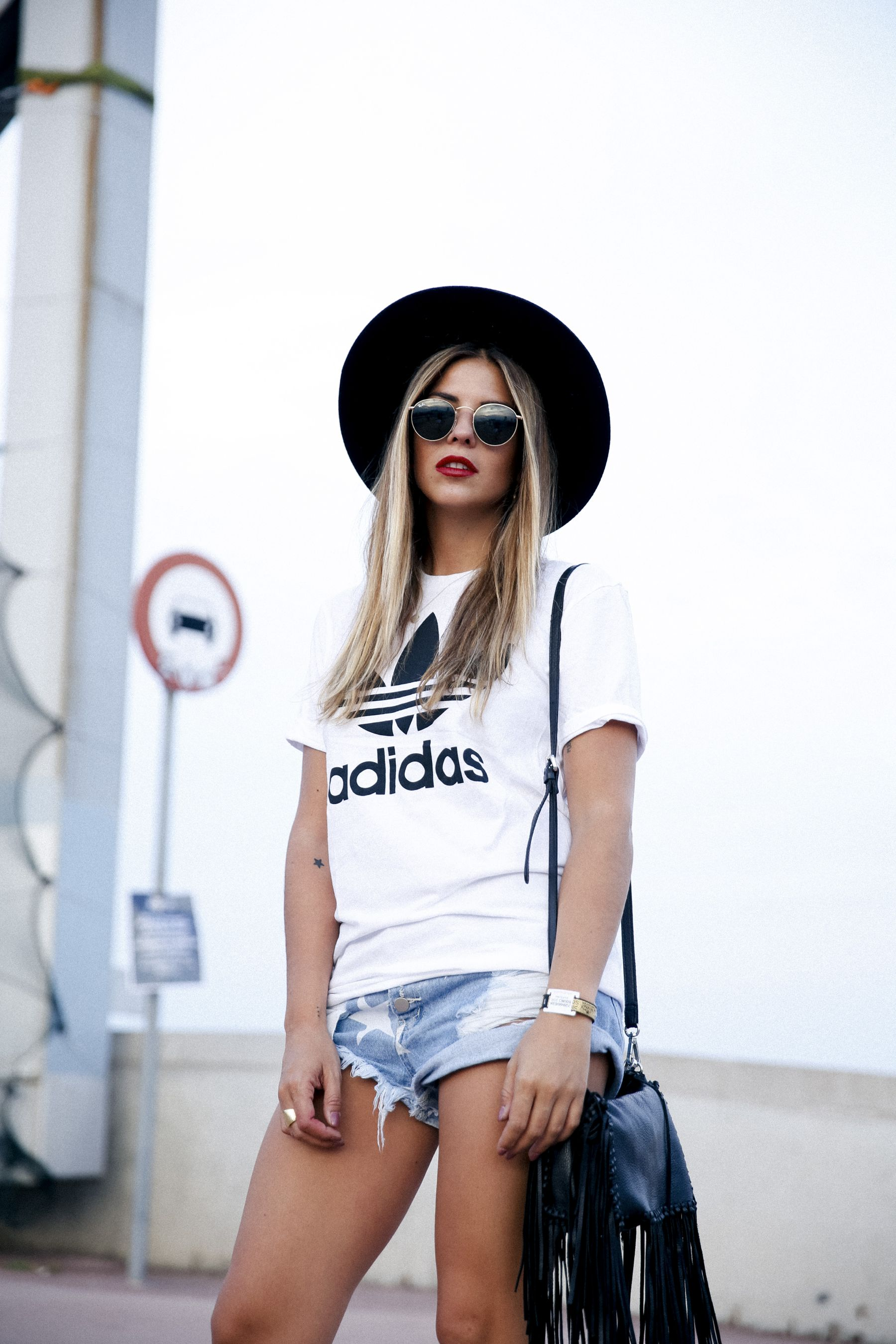 outfit look primavera spring street style trendy taste inspiration jeans shorts festival denim sombrero hat fringes leather boots ankle botines cuero flecos rayban chloe asos adidas primavera sound_4