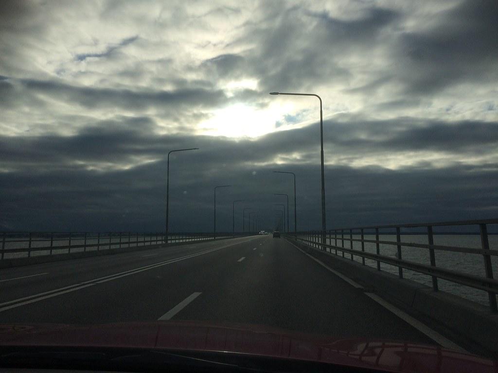 Över en mörk ölandsbro