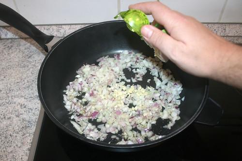 23 - Zwiebeln Knoblauch andünsten / Braise onion & garlic