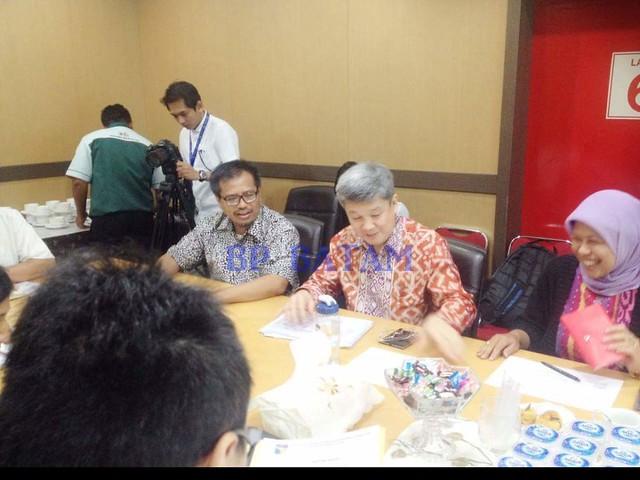 Mr. Micheal Goutama Vice Chairman Kadin Singapura (batik merah). Sementara hadir delegasi EDB Singapura, Ms Jayashree Sadanandan Director International Policy (jaket biru donker) duduk disamping Direktur Promosi dan Humas Purnomo Andiantono.