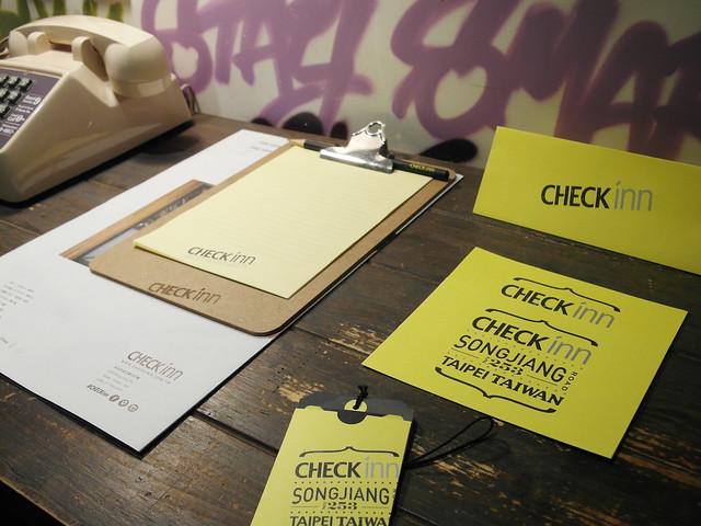 提供印刷品:介紹文創的 CHECK INN 專屬報紙、筆記紙與夾板、酷卡明信片(下方的小袋是裝門卡的袋子)@雀客旅館CHECK INN