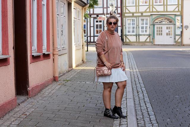 outfit-rosa-samt-pullover-trend-suede-sommer-look-style-rosegold-uhr-fashionblog-modeblog22