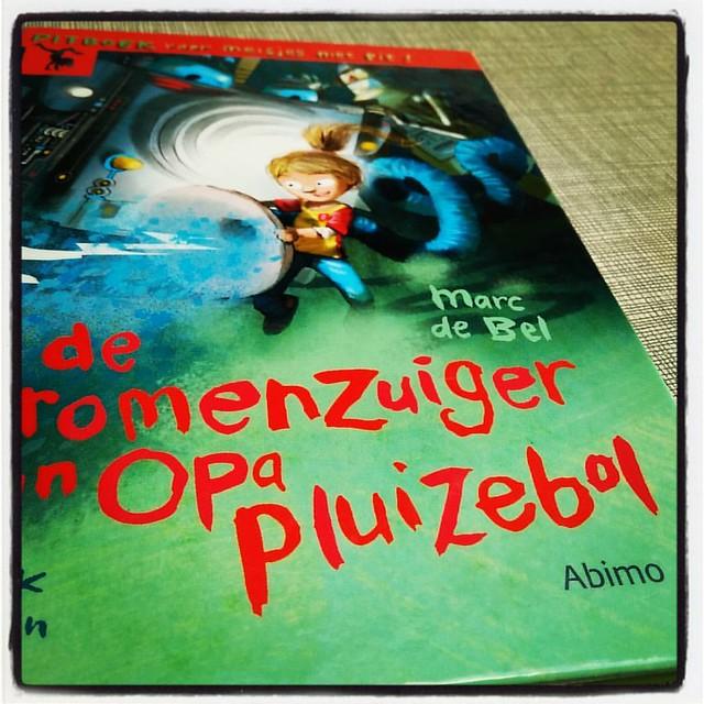 Deze namiddag gaan we naar de toneelvoorstelling maar eerst nog een stukje in het boek lezen  #bookstagram #kinderboek #marcdebel #booklover