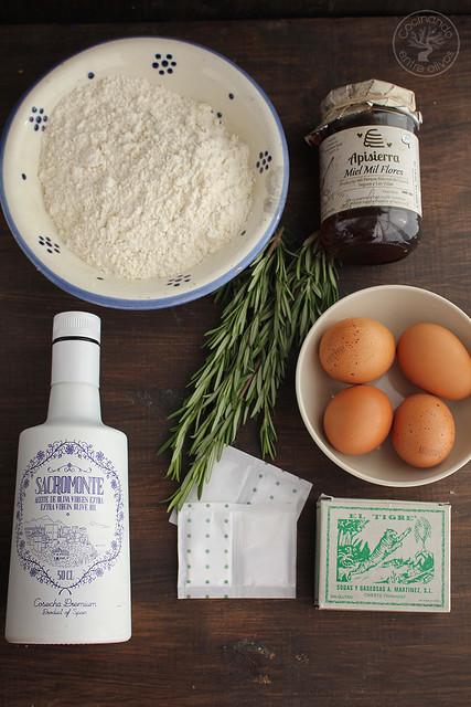 Bizcocho de romero, miel y aceite de oliva virgen extra, aove ww.cocinandoentreolivos.com (4)