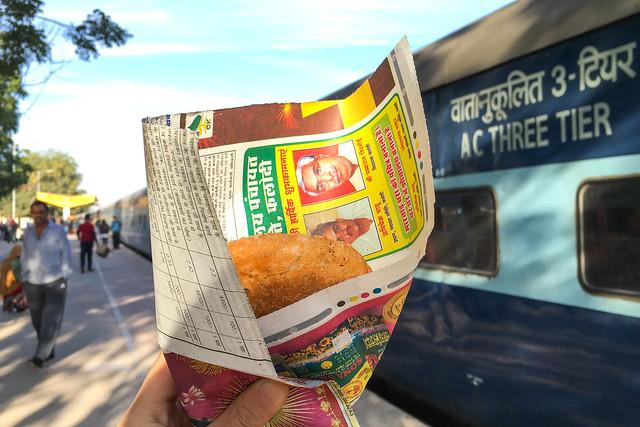 A snack I bought on the way from Jaipur to Jaisalmer, India ジャイプールからジャイサルメールの途中駅でコロッケのようなものをゲット