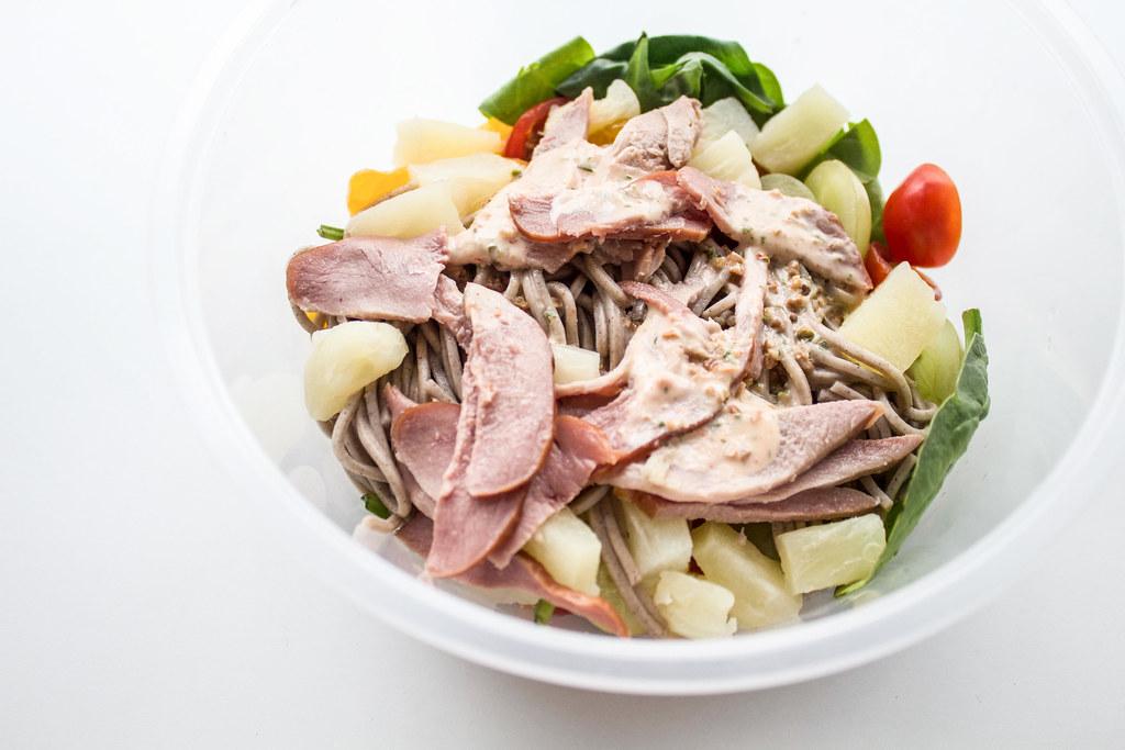 花哨的小贩食品:白桌子上的蔬菜沙拉配酱汁