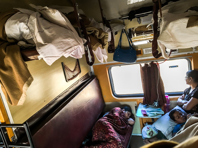 People still sleeping in a 3A coach of Dli Jsm Express, India ジャイプールからジャイサルメールまでの夜行列車の車内