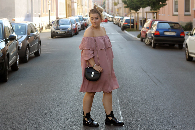 fashionpassionlove-gewinnspielwoche-outfit-look-style-offshoulder-kleid-balenciaga-lookalike-boots13